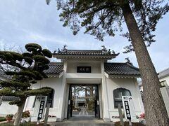 商店街をさらに南下して西に少し向かうと太宰治のお墓がある 禅林寺 駅から徒歩で15分ほどですね。