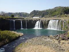 吊り橋の中央から見た「原尻の滝」。 幅120m、高さ20mの滝は大分のナイアガラと言われているそう。