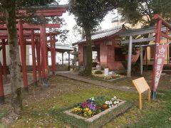 乙津寺側に戻り、近くの稲荷神社に立ち寄りました。この神社の南側一帯に鏡島城があったと推測されるそうです。