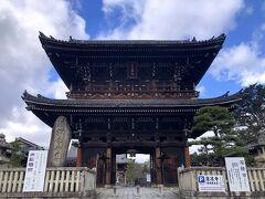 通称 嵯峨署稼働の清凉寺 山門。  雨予報だったけど、青空も。  しかし、人気観光スポットですが、ほとんど人はいない。。。