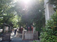 14:55 鷲宮神社 そんでもって、2018年に二の鳥居が老朽化で倒壊して、基礎だけ残ってます。 だから、現在は神社の鳥居が不在(?)です。 金属製の鳥居に再建するんだそうですよ、