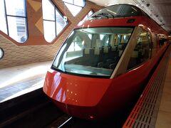 新宿駅 AM10時発の最新のGSE型ロマンスカーで 小田原へと向かいます。