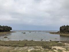 1人だけどやっている人、発見。 魚が見れることが分かり、完全に水が引いている時間帯、かつ肌寒いが入ってみた。  海中の写真はありませんが、岩の近くには大量の魚がいました。 アオヤガラという細長く、口がすごく長い魚も見ることが出来て大満足。 (少し寒かったもの)  曇り模様で干潮なので眺望はいまいちですね。