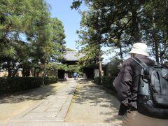 京都駅から昨日と同じ地下鉄烏丸線に乗車し北大路駅で降りました。 バスセンターから大徳寺前行ののバスに乗って徒歩7分です。 南門から入りました。長~いアプローチです。