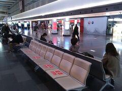本日の第1ターミナルの出発ロビーは、まずまずの人出。