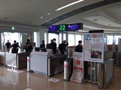 降機後は、22番ゲートからターミナルビルの制限エリアへ。