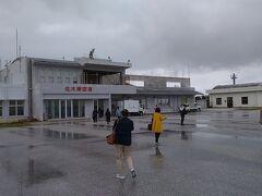 駐機場に到着後、ターミナルビルまでは歩いて移動します。