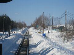 で、その後は、後程最期を見届けることになる東六線駅(も、この列車は通過)の遠景を車尻から捉えて…。