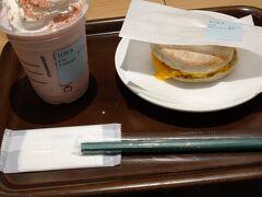 広島駅ekieのスタバにて。朝食はさくらフラペチーノとスクランブルエッグマフィンです。