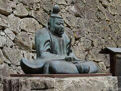 桜エリア入り口の近くには初代藩主・森忠政の銅像が