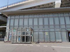鳴門市観光情報センター。  高速鳴門バス停へは、こうして路線バスで行けます。 子鳴門橋まで行って、少し歩くと高速鳴門です。