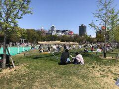 天王寺駅側の出口から出ると「てんしば」と名付けられた芝生がありましたが、ちょっと人気ありすぎ。良い天気で気持ち良いのは分かるんですけどね。