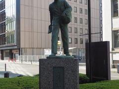 新聞少年の像  日本新聞販売協会が設立した記念像。 しかし考えてみれば新聞の戸別配達って贅沢な話。