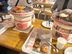 各々選んできた食材を七輪で焼きます