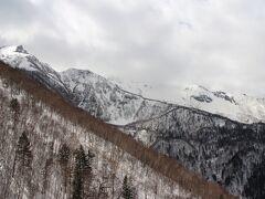 進行方向には左の黒岳から続く大雪山連邦が見えてきました。