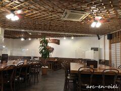 夕食は、和食「ぴき」。 「ぴき」とは、ヨロンの方言で、「スズメダイ」のことなんだそう。 店内は、座席の間隔が空けられ、アクリル板も設置されていました。