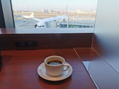 朝一の福岡便に乗るため伊丹空港にやってきました。現地に着くとすぐに仕事なのでコーヒーを1杯だけいただきました。