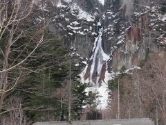 次に立ち寄ったのが流星の滝です。細かい絹のようにしなやかに流れるのは夏と同じでしたが、端の方は真っ白い雪(氷?)で凍っていた形跡がありました。