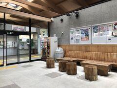 常陸太田駅に戻りました。 待合室は木のベンチが置かれ温かみがあります。