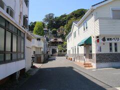 バス通りの県道から一本奥の道にある神社に向かいます。おそらく昔、江戸時代は奥の道が本道でいまの県道は海岸だったのだと思います。 ちらっと写っていますが、右手にある歯科は浦賀ペリー歯科という名前の様です。