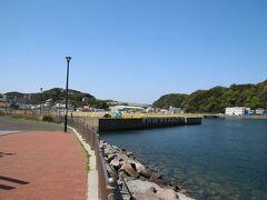 そしてやってきました浦賀ドック跡。個人的にはここが浦賀のハイライトと思っています。 浦賀船渠跡とも言われるこの場所は2003年まで住友重機械工業浦賀造船所として活動してきた造船所です。愛宕山公園のところで記載した中島三郎助の遺志を継ぎ浦賀町に造船所が出来たのは1894年。現存では世界的にも4つしかない貴重なレンガ造りドライドックを持っています。そしてそのうちの2つはこの浦賀ドックと先ほど紹介した川間ドックです。日本にはこの2つしかなく2つとも浦賀にあることになります。 当時は浦賀船渠と呼ばれており、戦前は駆逐艦の製造に長けており日本海軍に多くの駆逐艦を納入しました。 この位置からはレンガ造りのドライドックは見えませんが海と隔てる門が見えています。