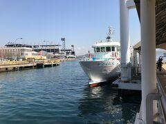ってことで、渡船場はホテルからなんと歩いて10分ほど。 待合所でチケットを購入、早速10時発の船に乗り込みます。  まだ午前中ですが既に暑い!