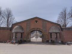 博物館網走監獄を出発してから徒歩25分。網走刑務所正門に到着。