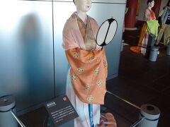 大阪歴史博物館 時代は聖武天皇の時代、天平16年(744年)2月の儀式の再現です。時代が50年下がります。 けん帳命婦、高位の女官です。チョーク、ネックレスなし。