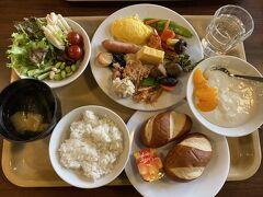 朝食はバイキング  仕事で泊まっている人がほとんどでした  スイスでよく食べるラウゲンロールのパンがあり驚きでした
