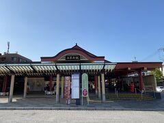 太宰府駅の近くのコインパーキングに車を駐車しました  太宰府駅はデザインが楽しい  早朝だったので学生が沢山出てきました