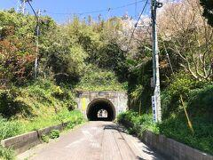 トンネルが見えます。「藍島隊道」と書いてありました。 フェリーが航行していない藍島、車で通れるのは島民のみ。 島の人口は2年前の調査で200人強だとか。