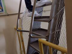 大人300円の入場料を支払い(小学生は無料)灯台に上ります。  結構な階段ですので覚悟の上で上りましょう。 最後はこんな階段が待ってます。  一番乗りで来たので一人(一家族?)占めでした。