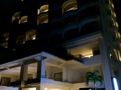 20:30、海沿いの裏側からホテルに戻ると、何やら灯りに照らされた賑やかな人々が…