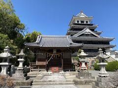 お城の横に奥平神社があります