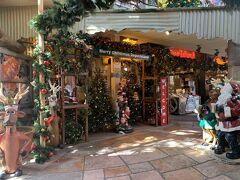 ホテルをチェックアウトしてレンタカーを借り、北谷にあるアメリカンビレッジへ。  海外あるあるのお正月を過ぎてもクリスマスの飾り付け!