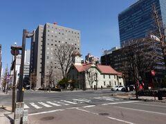 近くの札幌市時計台に行きます。日本三大がっかり名所の筆頭として挙げられる時計台ですが、時計台そのものというよりビル群に囲まれた立地のせいなんでしょうね。  観光客はほとんどいません。地元の人は特に視線を時計台に向けることもなく通り過ぎていきます。