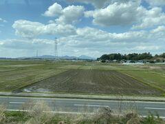 途中高浜駅で特急列車の待ち合わせ。 遠くに筑波山が見えました。