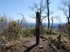 蒜山の最高峰、上蒜山に登頂。ここは樹木に囲まれて眺望がありません。