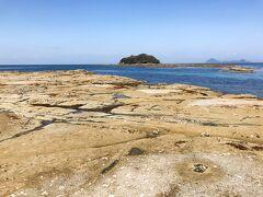 お目当ての千畳敷へ到着! 海の青さと岩場の色が対照的でマルタで見た光景を思い出しました。