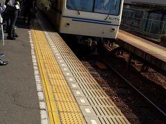 叡山鉄道がホームに入ってきました。 観光客は少なく学生さんと普通の通勤客が 多いと思いました。 (まだ時間が早かったためかもしれません)