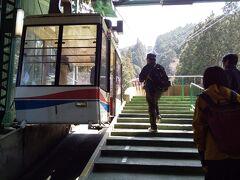 駅のプラットフォームではロープウェイが 出発を待っていました。 小さな車両です。 観光客が多い時は待ち時間が長くなって大変 だと思います。