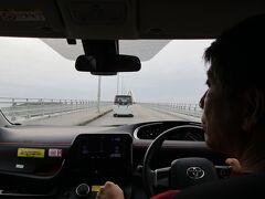 沖縄旅行1日目後編です。  海中道路から下道を走り・・・ 石川インターから沖縄自動車道に乗って、許田インターで降りました。  許田インターを降りて、海岸沿いの道を走りました。  やっと瀬底大橋までやってきました。