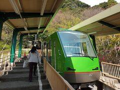 ケーブルカーは、20分間隔で運行。 9:20発が行ったばかり。 トイレを済ませ、往復チケット(1120円)を購入。  9:40発に乗り、阿夫利神社(山上)駅に6分で到着。
