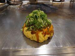 ●電光石火@ekie広島  お店の看板メニュー「電光石火」を頂きます。 肉、たまごW、そば、イカ天、大葉にねぎのトッピングです。