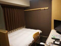 ●ドーミーイン広島  広島電鉄の中電前駅で下車をして、ホテルにチェックインをしました。 「ドーミーイン広島」です。 眺望無しの部屋にしたので、窓があるものの、外はお隣のマンションの壁です。