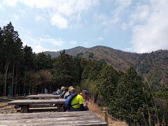 13:05 見晴台から大山を撮影。 テーブルとイスが並んでいます。 しばし休憩。