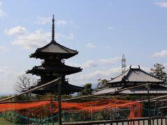 車に乗って直ぐ左手に、法起寺の三重塔が見えました。 聖徳太子 別宮の跡で、706年に完成した最古の三重塔です。