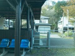 矢祭山駅に停車。東北の駅百選に選ばれる駅です。  近くには久慈川を横断する吊り橋もあります。