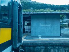 @下小川駅  対向列車と行き違い。 水郡線各駅の駅舎は、建て替えられたのか新しい駅舎が多い気がします。