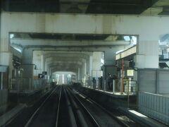2021.03.20 生駒ゆき普通列車車内 高速道路の高架下を走ってゆく。「東大阪線」だと思っていたが、延伸したからか「けいはんな線」になっていた。知らんかった…(笑)